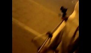 两个妹子深夜路边路边勾引小伙上椅子上撩起裙子舔逼