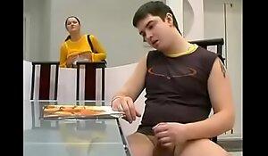 Madrasta tesuda pegou o novinho na punheta  xxx video cadelanocio.com.br