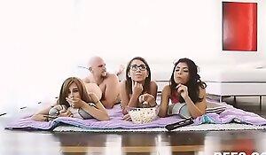 Se coge a su hermana y sus amigas mientras ven una peli. Ver Completo: xnxx exe.io/D4GUMe