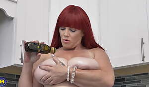 Curvaceous busty mom down fat itchy snatch