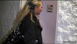 Mutter besucht jungen Liebhaber im Hotel zum Ficken