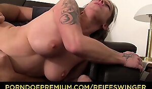 REIFE SWINGER - Dirty MMF threesome with horny mature German swinger