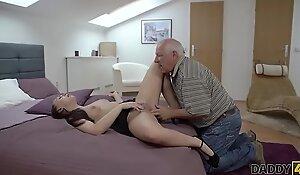 DADDY4K. Entspannung auf dem Schwanz vom Vater ihres Freundes