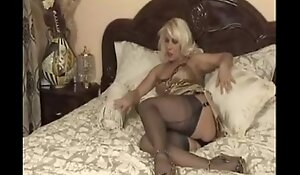 Mature from themilfaholic(dot)com in hawt nylons